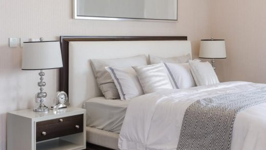 Flattering Ways to Arrange the Pillows on Your Bed